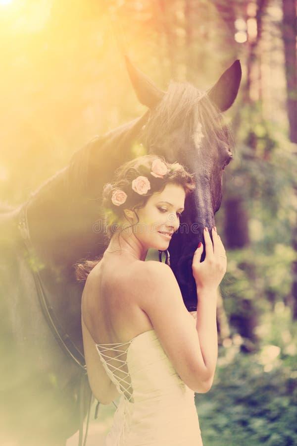 Donna e cavallo immagini stock libere da diritti