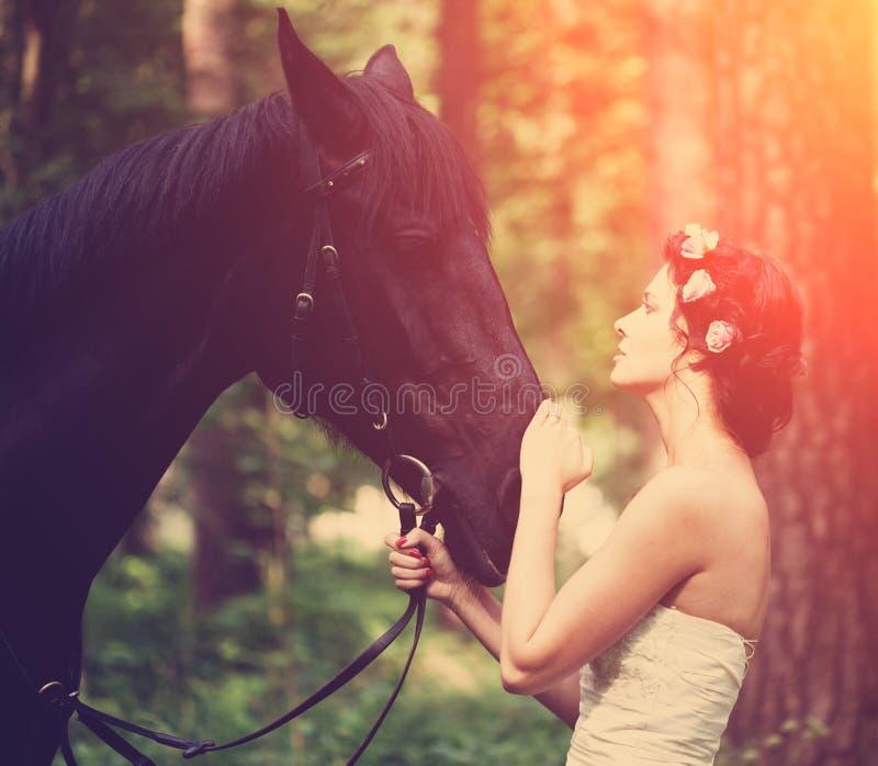 Donna e cavallo immagine stock