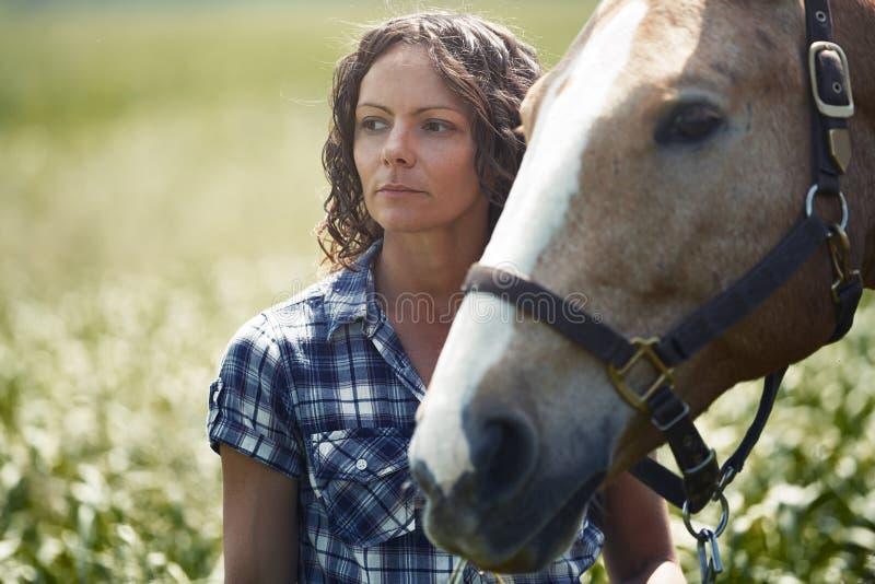 Donna e cavallo insieme fotografia stock libera da diritti
