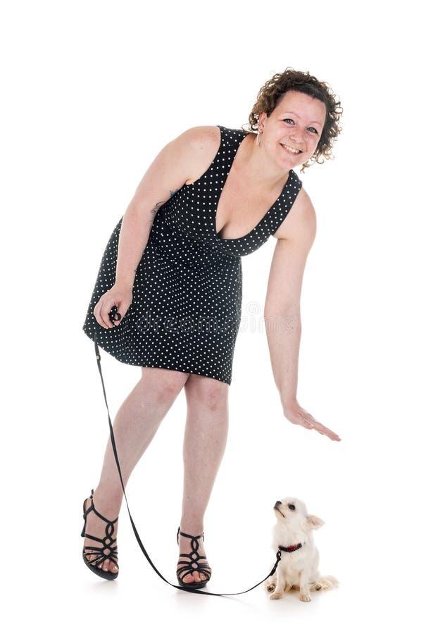 Donna e chihuahua fotografie stock libere da diritti