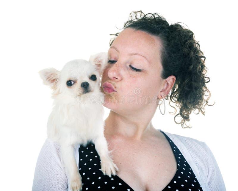Donna e chihuahua fotografia stock