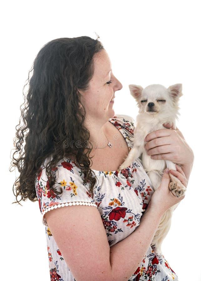 Donna e chihuahua fotografia stock libera da diritti