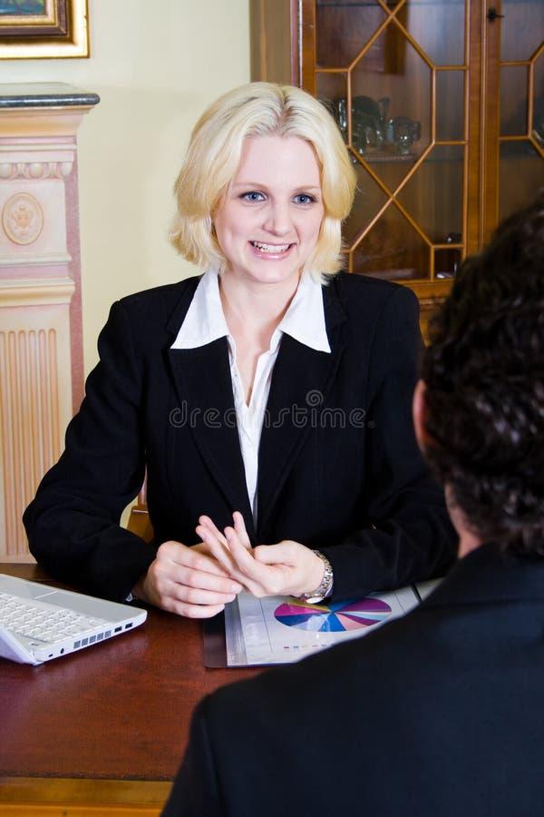 Donna e cliente di affari fotografia stock libera da diritti