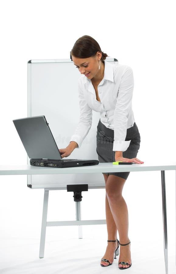 Donna e computer portatile di affari fotografie stock