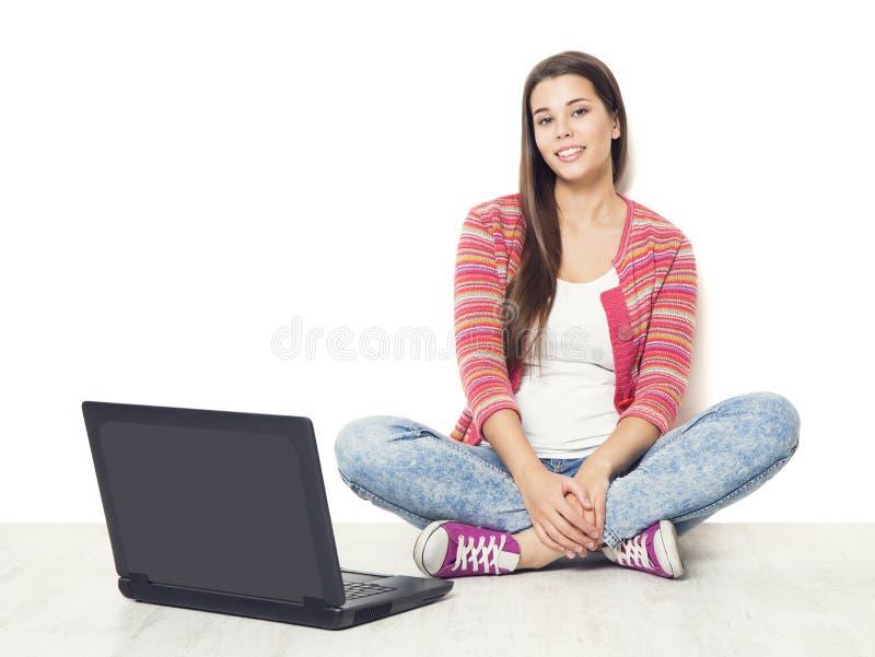 Donna e computer portatile, studente Girl con il computer portatile che si siede sopra immagini stock libere da diritti