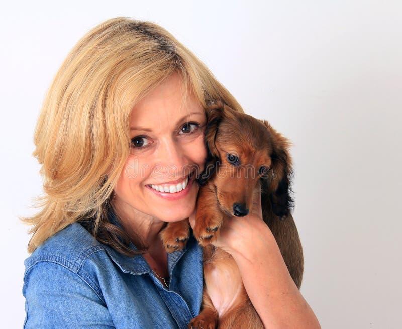 Donna e cucciolo fotografie stock libere da diritti