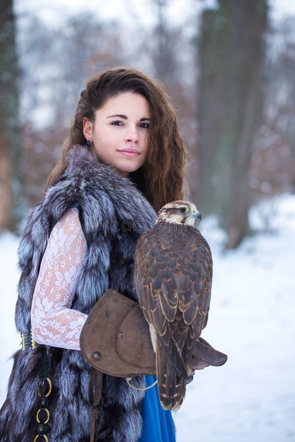 Donna e falco nell'inverno fotografia stock libera da diritti