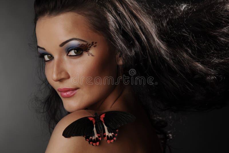 Donna e farfalla immagine stock