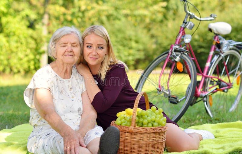 Donna e giovane donna anziane al picnic immagine stock