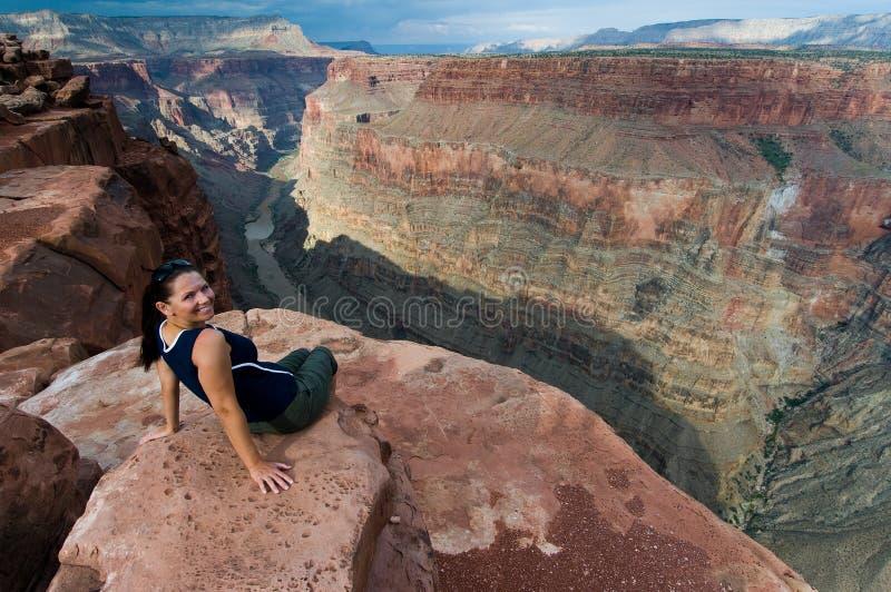 Donna e grande canyon a Toroweap fotografie stock libere da diritti