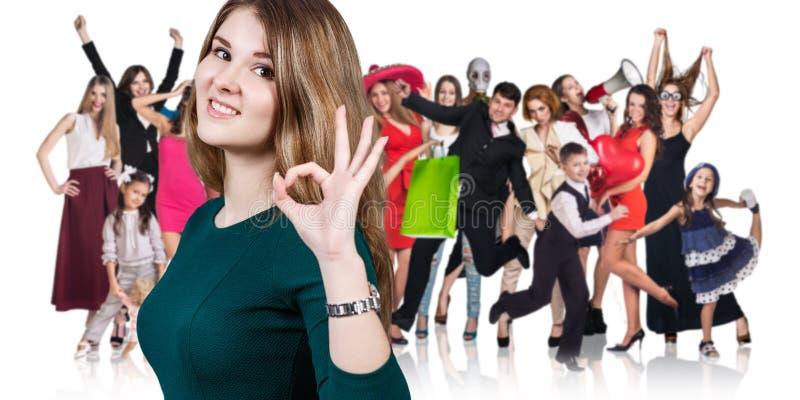 Donna e grande gruppo di gente felice fotografia stock libera da diritti