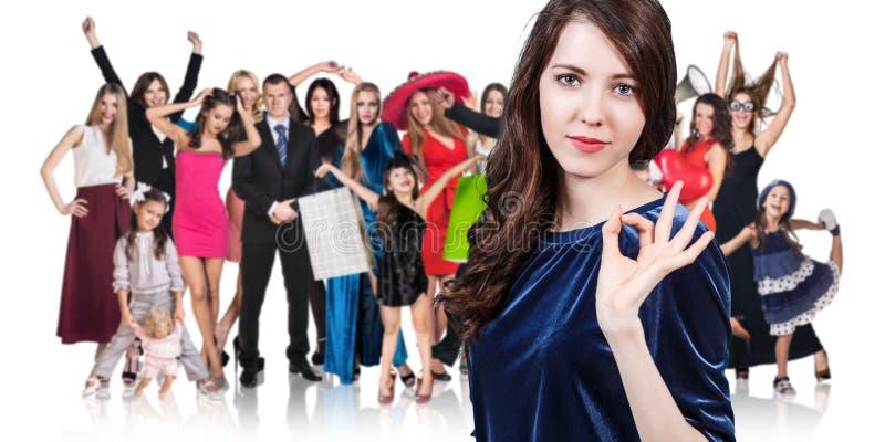 Donna e grande gruppo di gente felice immagini stock libere da diritti