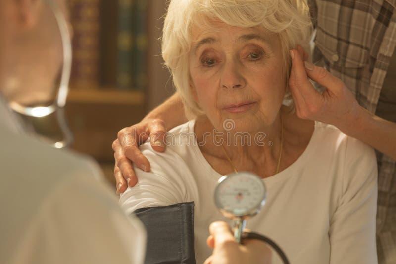 Donna e medico senior preoccupati immagini stock libere da diritti