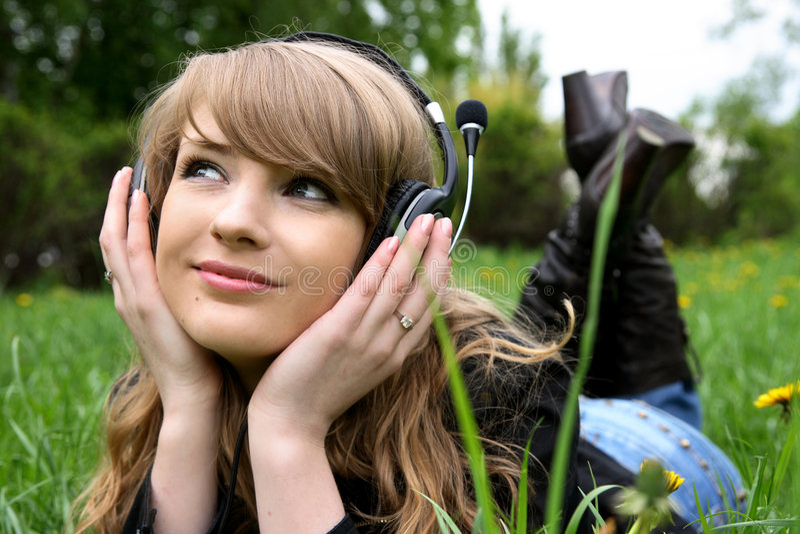 Donna e musica fotografia stock libera da diritti