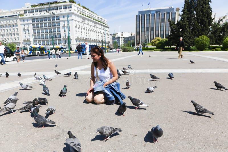 Download Donna e piccione a Atene fotografia stock editoriale. Immagine di città - 55353638