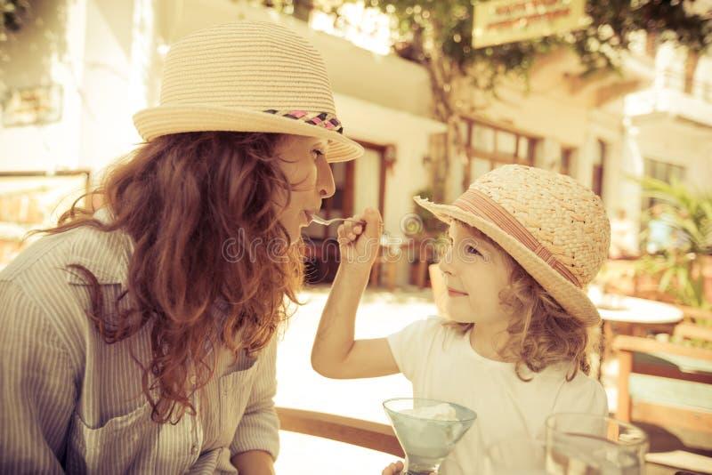 Donna e ragazza dei pantaloni a vita bassa in caffè di estate fotografia stock