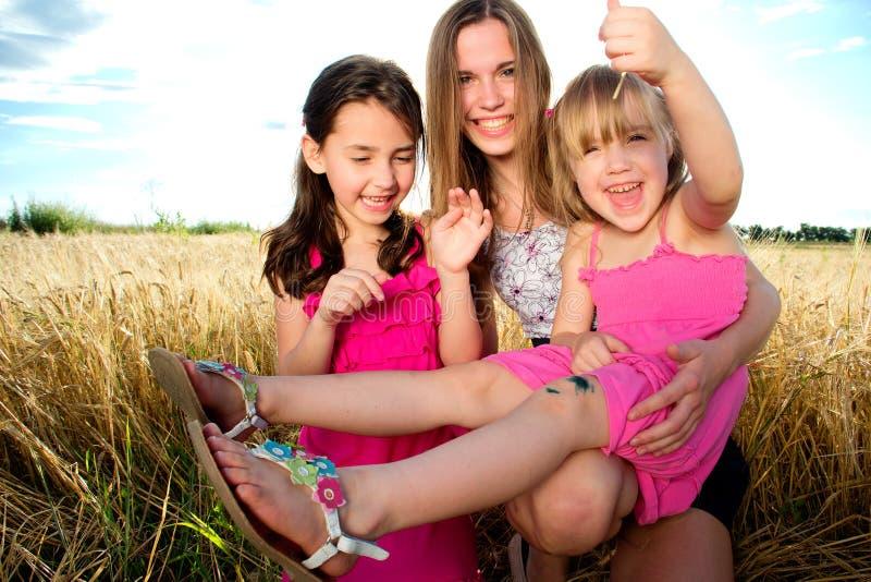 Donna e ragazze sul campo fotografia stock