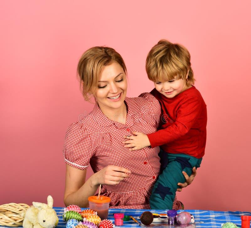 Donna e ragazzino con i sorrisi allegri fotografia stock