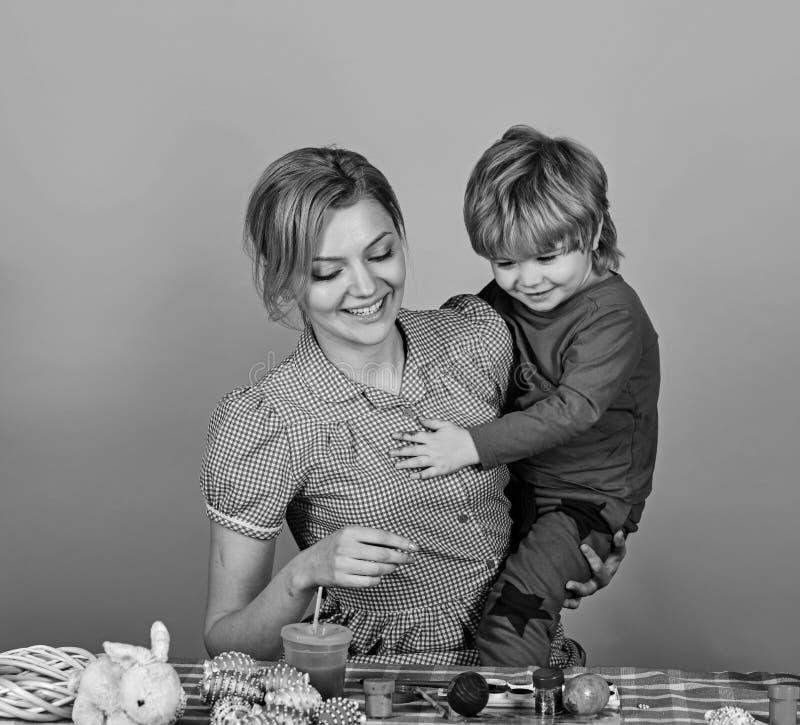 Donna e ragazzino con i sorrisi allegri fotografia stock libera da diritti