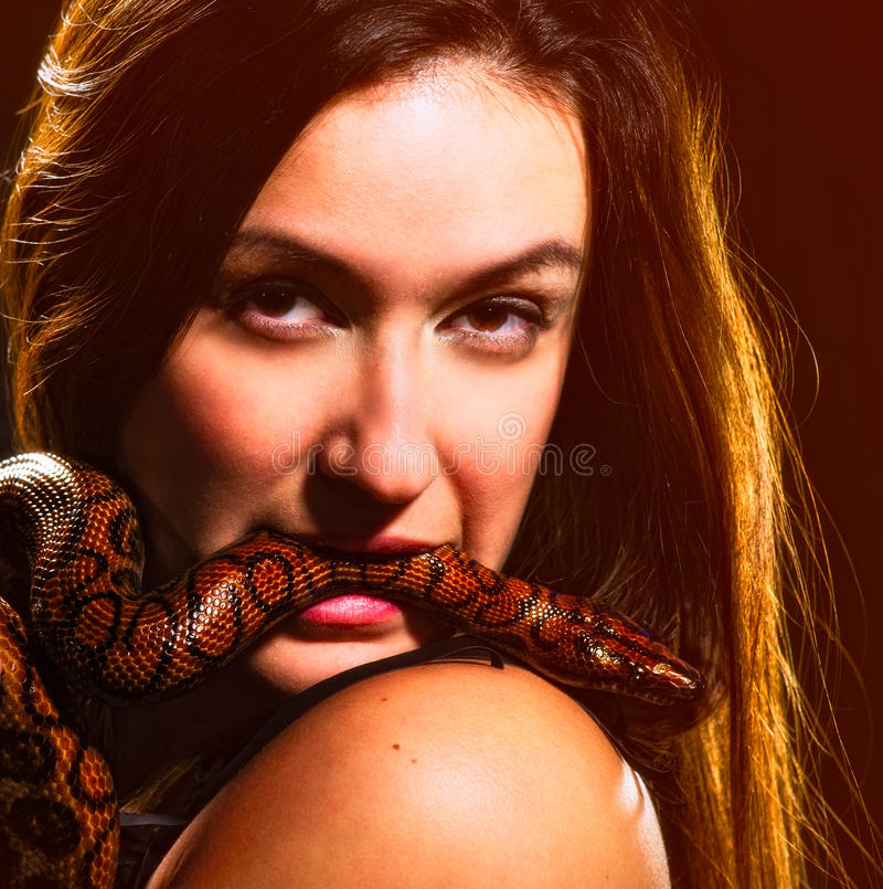 Donna e serpente fotografie stock