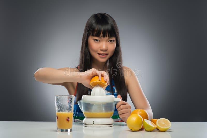 Donna e succo asiatici fotografia stock libera da diritti