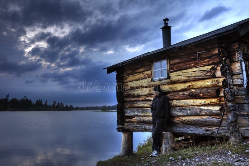 Donna e una vecchia cabina immagine stock