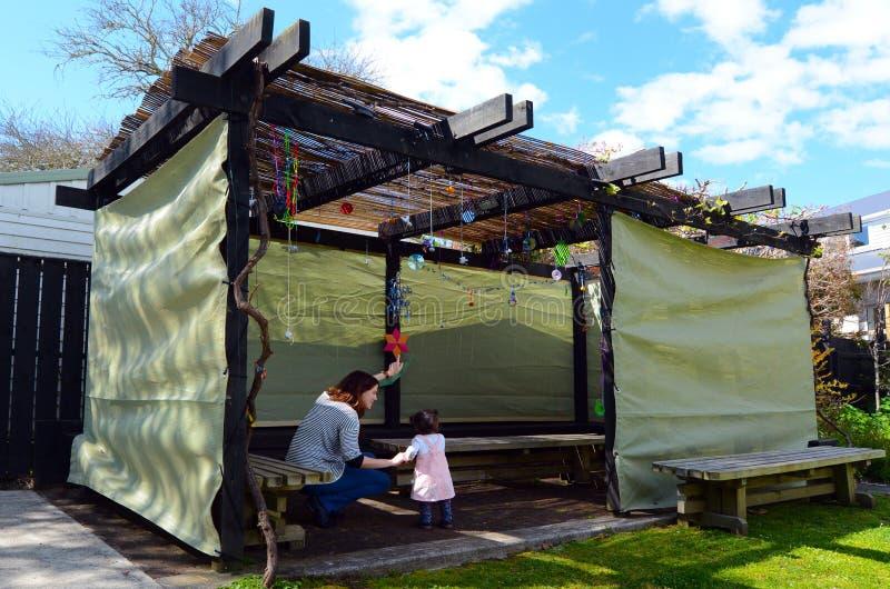 Donna ebrea e bambino che visitano la loro famiglia Sukkah fotografie stock