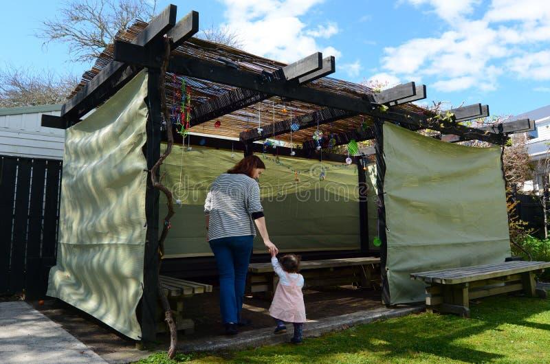 Donna ebrea e bambino che visitano la loro famiglia Sukkah immagine stock libera da diritti