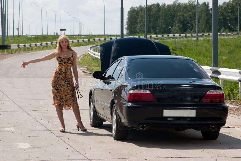 Donna ed automobile rotta. immagine stock libera da diritti