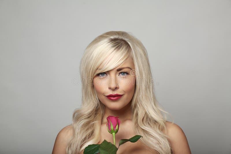 Donna ed il fiore fotografie stock