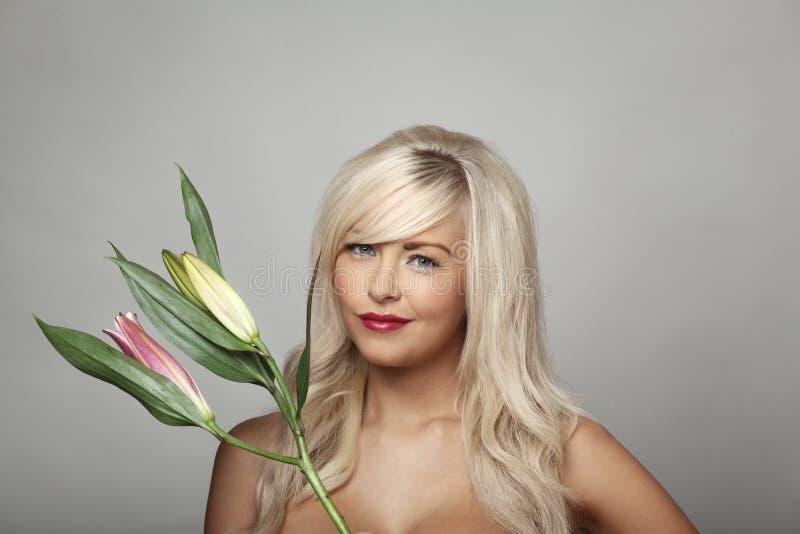 Donna ed il fiore fotografia stock libera da diritti