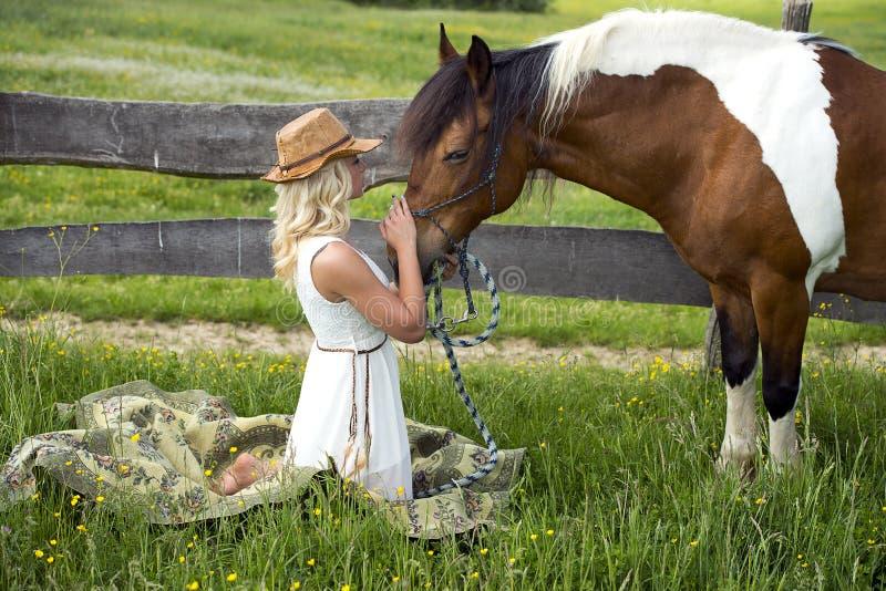Donna ed il suo cavallo immagini stock
