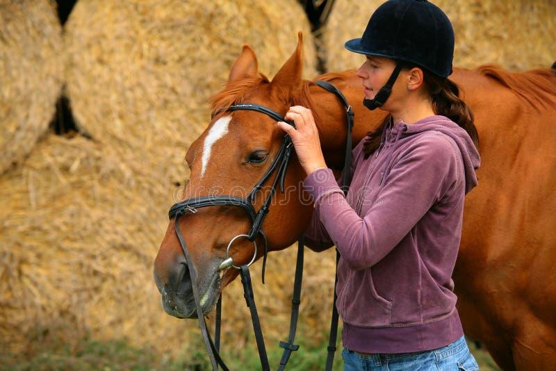 Donna ed il suo cavallo immagine stock libera da diritti