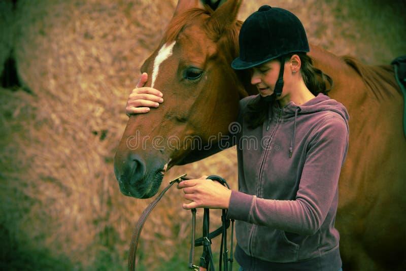 Donna ed il suo cavallo immagini stock libere da diritti