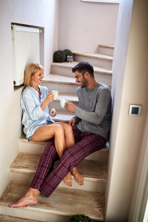 Donna ed uomo in caffè bevente di mattina di amore immagini stock
