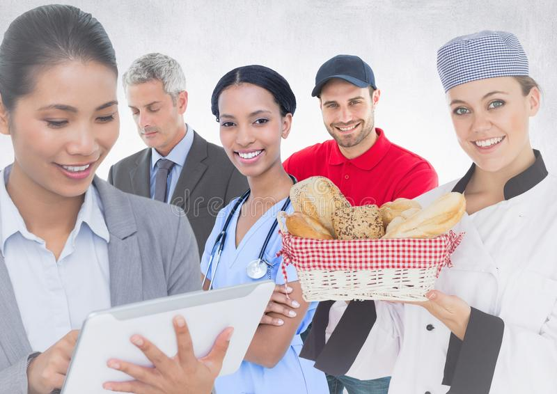 Donna ed uomo di affari, medico, cuoco unico e fattorino contro fondo bianco immagini stock