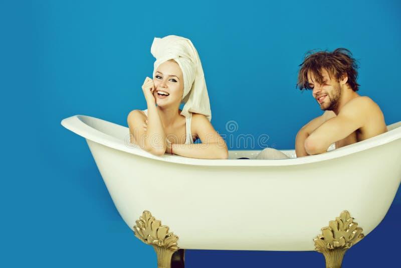 Donna ed uomo felice sulla vasca, coppia nell'amore fotografia stock