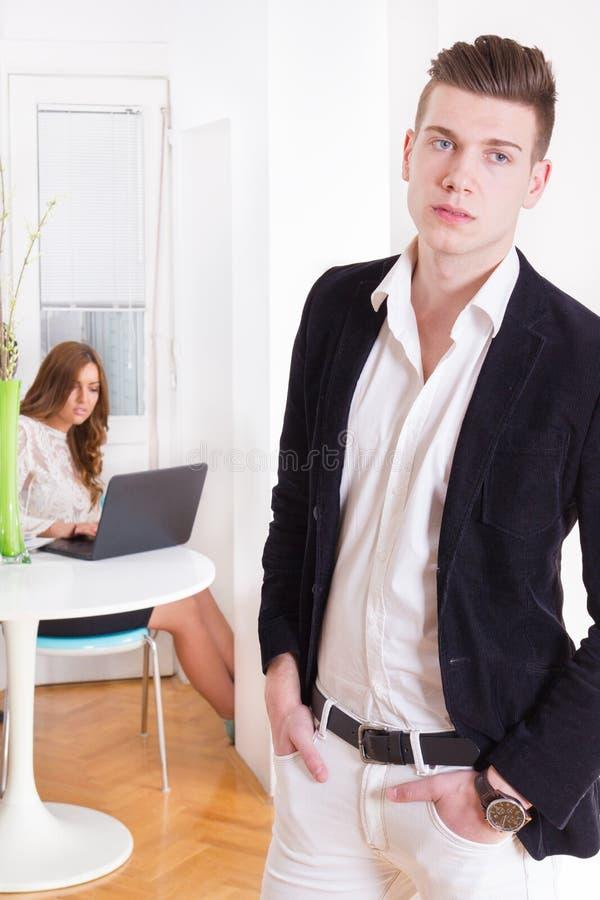 Donna ed uomo moderni delle coppie in salone deludente con eac immagini stock libere da diritti