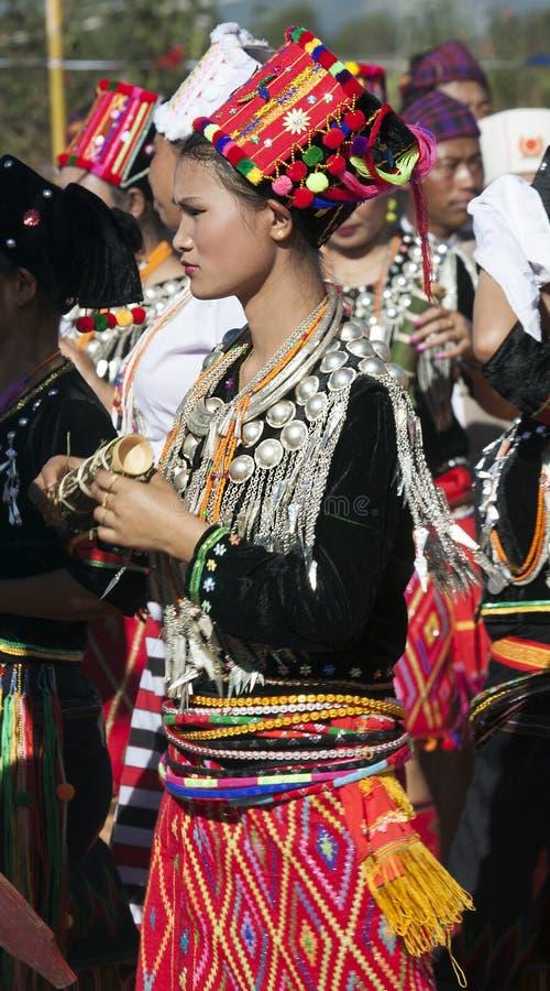 Donna elaborato vestita di Jingpo fotografia stock libera da diritti