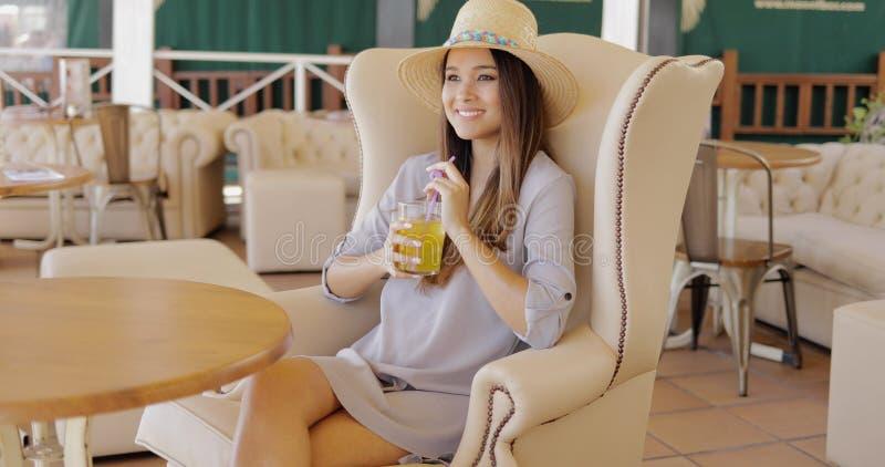 Donna elegante alla moda che ha bevanda immagine stock libera da diritti
