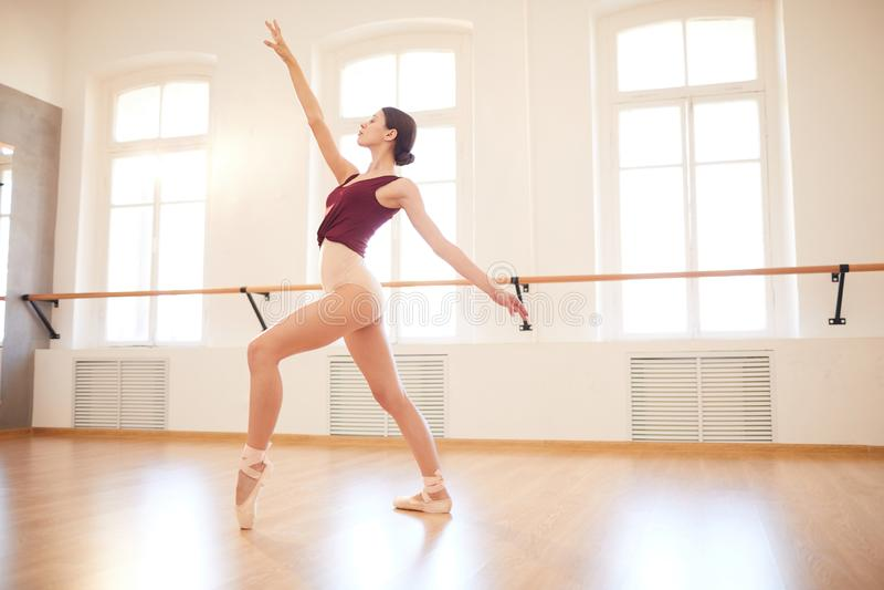 Donna elegante che balla in scarpe del pointe fotografia stock
