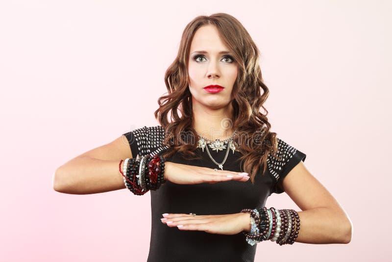 Donna elegante che indossa i braccialetti multipli immagine stock