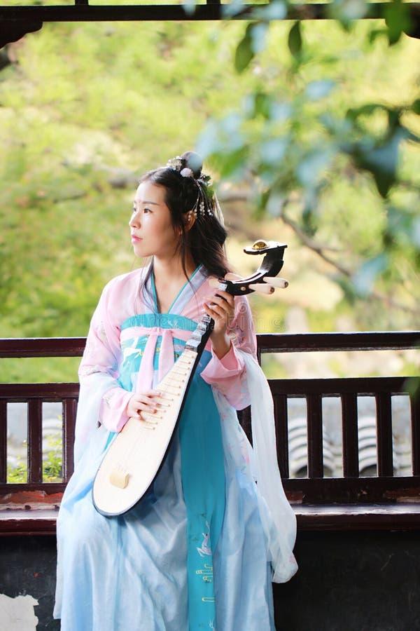 Donna elegante in chitarra cinese del pipa del liuto di dramma del gioco antico tradizionale cinese del costume fotografie stock