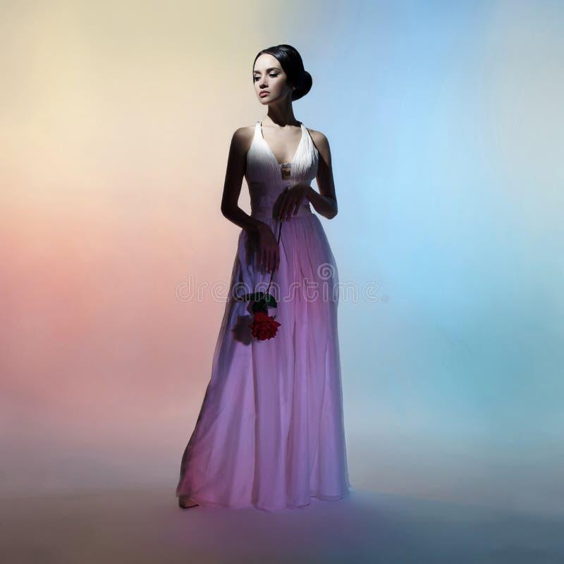 Donna elegante della siluetta sul fondo di colori fotografia stock libera da diritti