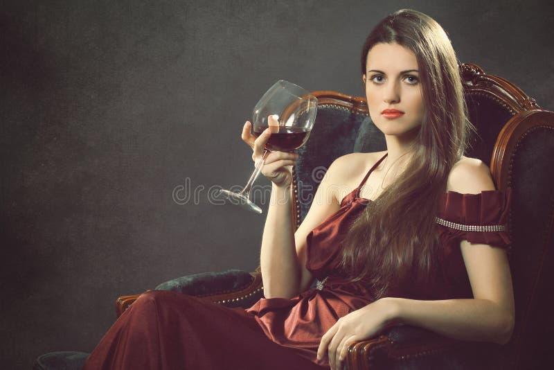Donna elegante di modo con il bicchiere di vino immagini stock
