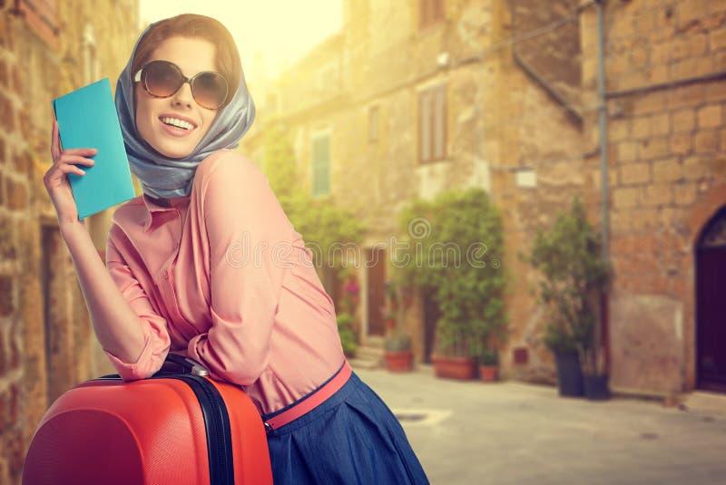 Donna elegante sulla via della città italiana immagini stock libere da diritti