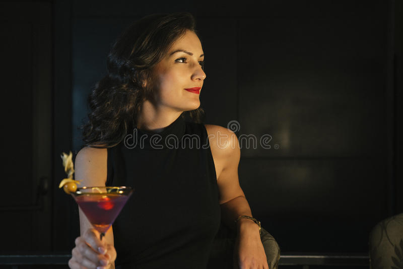 Donna elegante in un night-club fotografia stock
