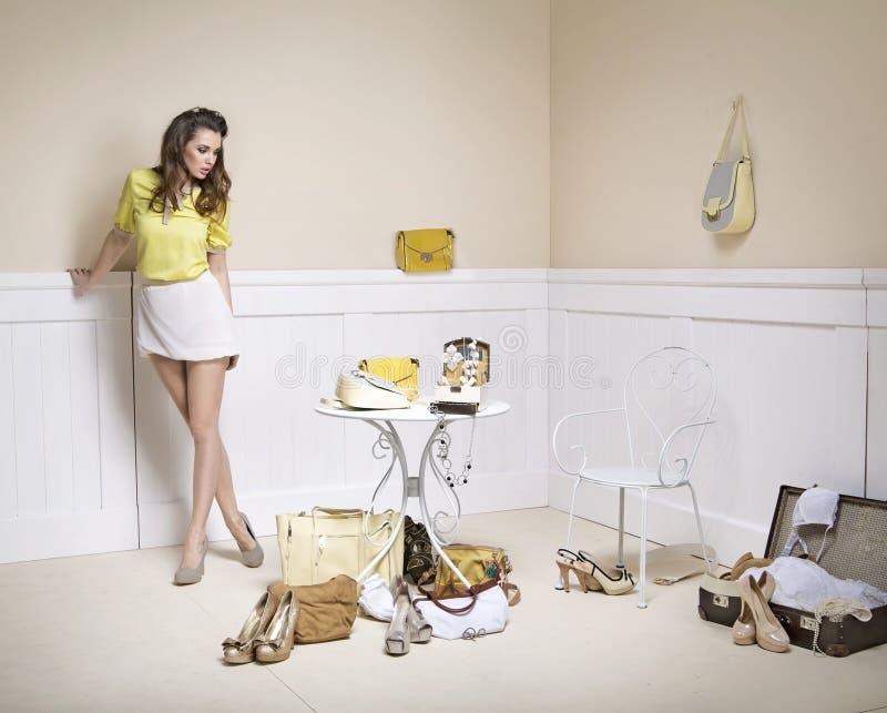 Signora elegante in una stanza in pieno degli accessori di modo immagini stock