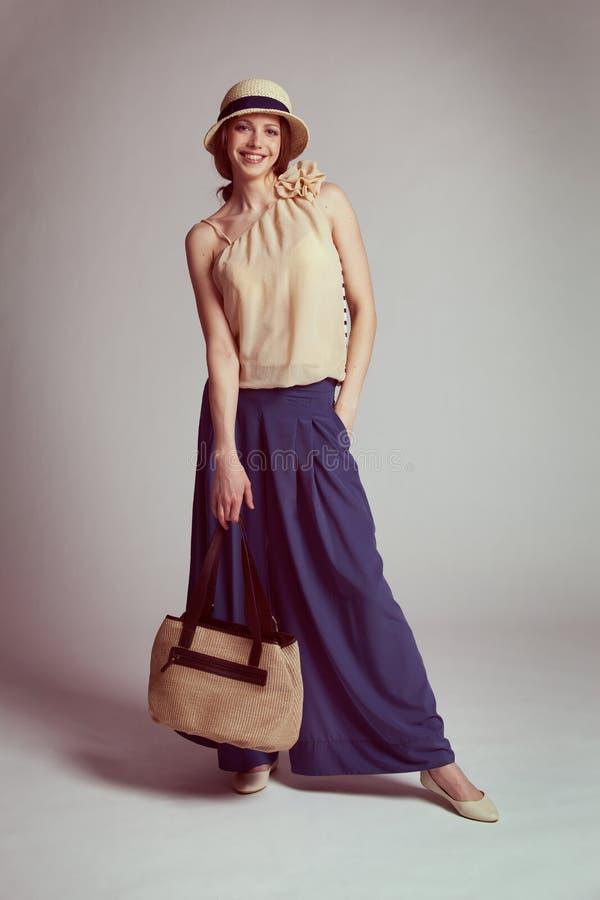 Donna elegante vestita nel retro stile immagine stock libera da diritti