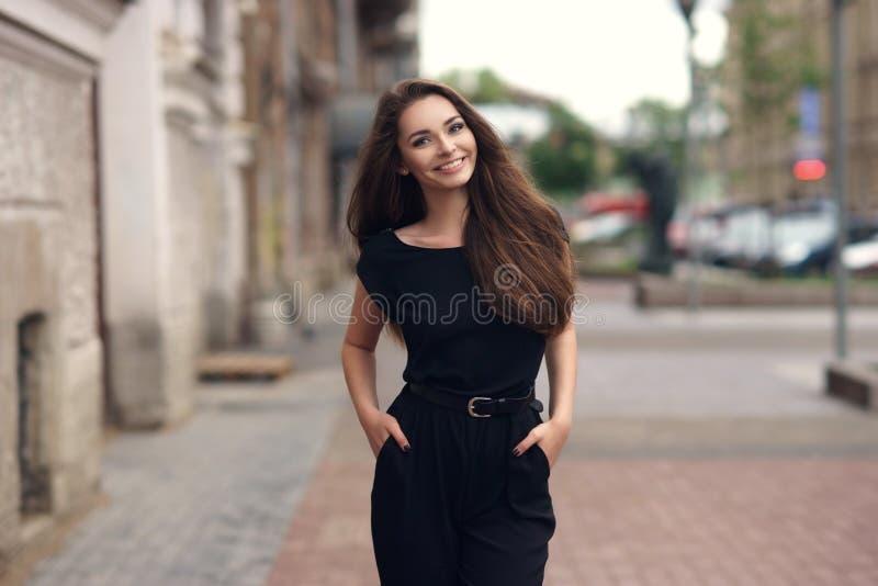 Donna elegante in vestito nero immagini stock libere da diritti